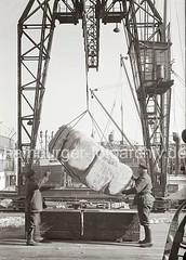 Güterumschlag am Hafenkai; ca. 1934.