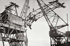 Demontage eines Schwerlastkrans im Altonaer Hafen - Absenken des Kranauslegers; 1938.