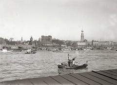 Hamburg - Panorama der St. Pauli Landungsbrücken - Johannisbollwerk, St. Michaeliskirche; ca. 1936.