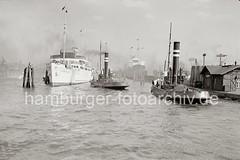 Seebäderschiff KÖNIGIN LUISE - Schlepper an den Vorsetzen; ca. 1938.