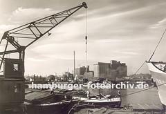 Alte Fotos aus dem Harburger Hafen; Getreidesilos - Kran und Binnenschiffe.