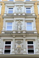 Historische Architektur in der Hamburger Innenstadt, Stadtteil Neustadt. Hausfassaden mit Skulpturen und Jahreszahl - unter Denkmalschutz stehendes Etagengeschäftshaus in den Colonnaden; errichtet 1878.