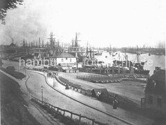 Historischer Hafen Hamburg - Dampfer an den St. Pauli Landungsbrücken, Transportkarren.