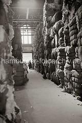 Lagerung von Wollballen im Hafenspeicher des Moldauhafens; ca. 1934.