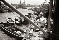 Be- und entladen von Frachtschiffen im Hafen Hamburg - Schuten mit Ladung, Kisten, Säcke Fässer; ca. 1932.