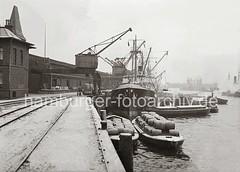 Frachtschiff + Schuten am Hafenkai;  ca. 1938.