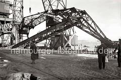 Demontage eines Doppellenker-Wippkrans; Tragfähigkeit 40 Tonnen - Absetzen des Kranauslegers; 1938.