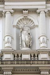 Historische Architektur in der Hamburger Innenstadt, Stadtteil Neustadt. Figürlicher Bauschmuck zwischen Säulen - Hausfassada in den Colonnaden, 1878.