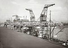 Dreifachkräne am Chilekai des Oderhafens - Drehkran mit Wippausleger; ca. 1934.