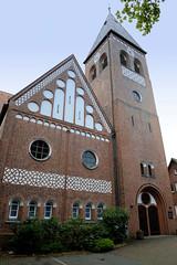 Fotos aus dem Hamburger Stadtteil Neugraben-Fischbek, Bezirk Hamburg Harburg. Kirchengebäude, Kirchturm der St. Michaeliskirche an der Cuxhavener Straße; errichtet 1911, Architekt Karl Mohrmann.