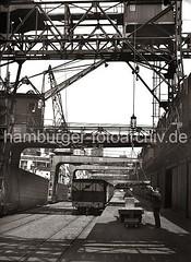 Ladung Kupferbarren löschen - Hamburger Hafen; ca. 1932.