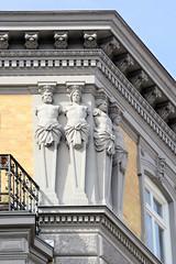 Historische Architektur in der Hamburger Innenstadt, Stadtteil Neustadt. Bauschmuck einer Hausecke, figürliches Dekor in den Colonnaden.