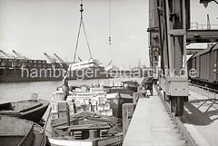 Güterumschlag am Hafenkai - mit Kisten beladene Schute - Holzkisten am Kranhaken; ca. 1934.