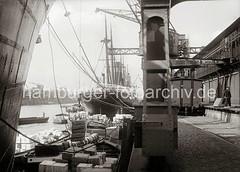 Beladung einer Schute im Hamburger Hafen - Güterwaggon an der Laderampe des Kaischuppens; ca. 1934.