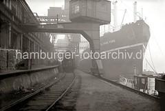 Güterumschlag am Hafenkai  / Güterzug an der Laderampe, Frachtschiff; ca. 1934.