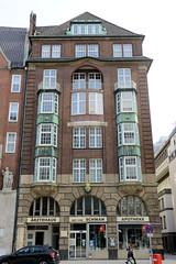Historische Architektur in der Hamburger Innenstadt, Stadtteil Neustadt. Gebäude der Goldenen Schwan Apotheke in der Dammtorstraße - es wurde 1912 errichtet, Architekten  Jacob & Ameis.