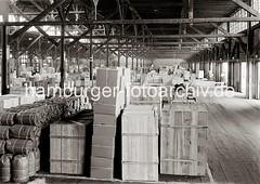 Lagerschuppen - gestapelte Güter, Elektrokarren / Sackkarren; ca. 1934.