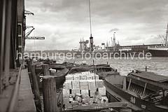 Schuten am Togokai des Indiahafens - Fracht im Laderaum der Lastkähne; ca. 1936.