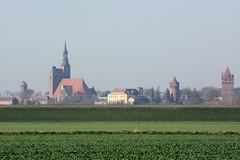 Fischbeck (Elbe) ist ein Ortsteil der Gemeinde Wust-Fischbeck im Landkreis Stendal in Sachsen-Anhalt. Blick von Fischbeck zu den Türmen der Stadt Tangermünde.