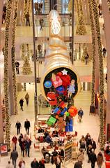 Weihnachtsschmuck in der Einkaufspassage / Europapassage in der Hamburger City.