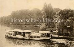 Alsterdampfer / Fahrgastschiff JOHANNA am Anleger Fernsicht in Hamburg Winterhude.