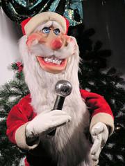 Singender Weihnachtsmann mit Mikrofon  - Weihnachtsmarkt in der Hansestadt Hamburg.