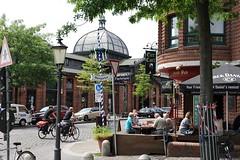 Aussengastronomie an der Grossen Elbstrasse - Tische eines Restaurants am Strassenrand Ecke Altonaer Fischmarkt. Im Hintergrund die historische Altonaer Fischauktionshalle mit der markanten Glaskuppel.