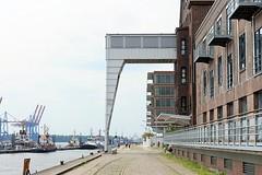 Fotos aus Hamburg  Ottensen - Kaianlage Altonaer Hafen. Links die Liegeplätze der Hafenschlepper und auf der gegenüber liegenden Elbseite die Containerkräne des Termials Burchardkai.