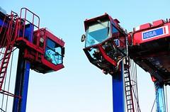 Kanzeln der Fahrzeugführer hoch oben an den Portalhubwagen, Portalstapelfahrzeugen.