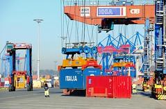 Verladung von Container mit dem Bahnkran auf den wartenden Güterzug, Containerzug.
