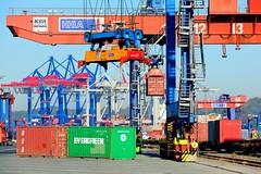 Laden eines Güterzugs, Beladung eines Güterwaggons mit einem Container.