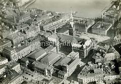 Altes Luftbild der Hamburger Altstadt; Blick auf die Börse / Handelskammer und das Rathaus; im Hintergrund die Binnenalster und der Jungfernstieg.