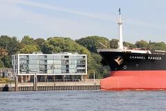 Schiffsbug eines Frachtschiffs in Fahrt vor Hamburg Neumühlen.