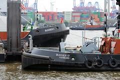 Schlepper am Anleger und in Fahrt auf der Elbe - Containerschiff am Burchardkai.