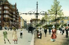 Alte Ansicht vom Hamburger Jungfernstieg; Kinder mit Rollschuhen auf der Straße - große Kandelaber, Kutschen am Straßenrand.
