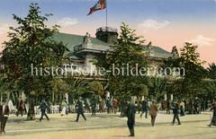 Blick über den Jungfernstieg zum Alsterpavillion - die Hamburg Fahne weht auf dem Dach, auf der Terrasse stehen hohe Palmen.