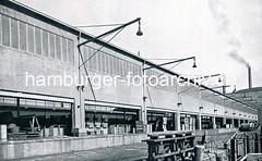 Neue Fischauktionshalle Grosse Elbstrasse ca. 1937. Die Tore zum Lagerschuppen sind geöffnet; Fischkisten stehen auf der Laderampe.