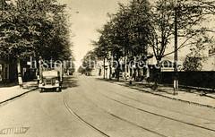 Straßenbahnschienen in der Veringstraße von Hamburg Wilhelmsburg, Lastwagen mit Plane am Straßenrand.