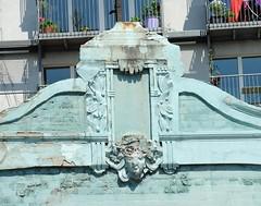 Beschädigtes Dekor an der Hausfassade des historischen Gebäudes.