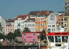 Bunte Hausfassaden der Häuser in der St. Pauli Hafenstrasse. Blick über die Elbe zu den Häusern am Elbrand.