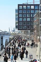 Die Hamburger und Hamburg-Touristen besuchen bei den ersten Sonnenstrahlen die moderne Hamburger Architektur.