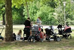 Der Gedenkplatz zur Bücherverbrennung liegt mitten im Grünen am Kanal - er ist ein Platz mitten im Leben.  Picknick von Müttern mit ihren Kindern auf der Wiese am Isebekkanal.   (2006)
