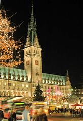 Weihnachtszeit - Adventszeit, Weihnachtsmarkt vor dem Hamburger Rathaus.