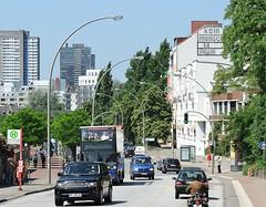 Bilder aus Hamburg St. Pauli - Blick in die Hafenstrasse. Durchgangsverkehr am Hafenrand - ein blauer Doppeldeckerbus mit Hamburg Touristen fährt Richtung Landungsbrücken.