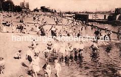 Badewetter an der Elbe Kinder spielen im Wasser, historisches Oevelgönne.