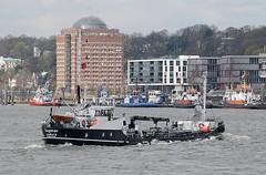 Ein kleines Tankschiff überquert die Elbe - im Hintergrund Gebäude am Elbufer von Neumühlen. Links das zur Seniorenresidenz umgebaute Neumühlener Kühlhaus - rechts die moderne Büroarchitektur am Altonaer Hafenrand.