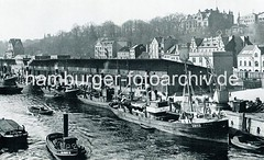 Altes Bild vom Altonaer Fischereihafen - Fischereiboote am Kai. Hinter den Lagerschuppen Güterwaggons der Hafenbahn auf der Grossen Elbstrasse.
