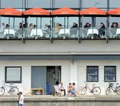 Restaurant mit Terrasse am Altonaer Hafenrand an der Grossen Elbstrasse.