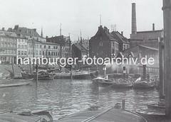 Historisches Bild vom Altonaer Holzhafen. Schlepper liegen am Anleger - im Vordergrund abgedeckte Schuten und am Kai Lastsegler.