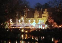 Weihnachtsmarkt mit weißen Zelten auf dem Weihnachtsmarkt vor dem Bergedorfer Schloss.